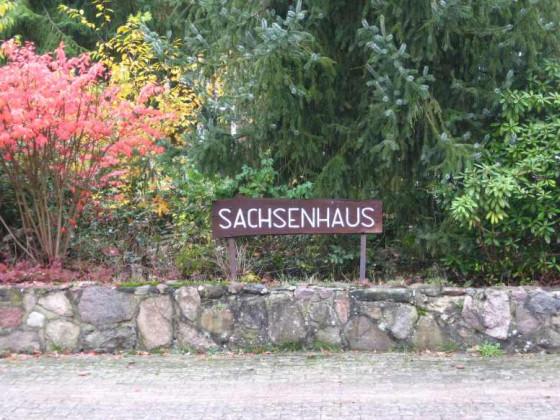 Sachsenhaus - led. das Schild hat die Zeit des Verfalls bisher überstanden