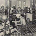 Zentralküche - rechts Durchreiche zum Saal